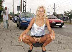 pornolia.pl - Blondi pokazuje cipkę na ulicy
