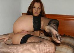 Ruda Sylwia w seksownych pończochach