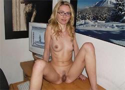 Seksowna Laura rozchyla szparkę