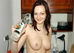 Pijana Dagmara zabawia się butelką