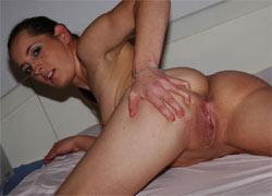 pornolia.pl - Nadia rozbiera się na łóżku